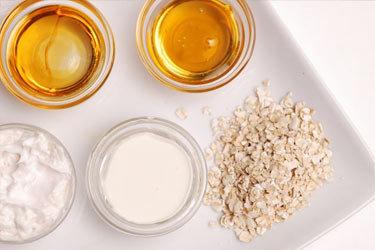Mật ong với yến mạch giúp da có khả năng chống lão hóa.