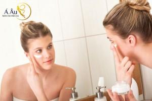 Để da khô tự nhiên rồi sử dụng kem dưỡng sẽ cho hiệu quả hơn