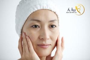 Da mặt bị nhăn nheo, thiếu độ căng cần thiết là dấu hiệu lão hóa ban đầu của hiện tượng da mặt lão hóa.