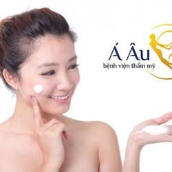 Việc giữ ẩm bằng kem dưỡng hằng ngày sẽ giúp da mặt mịn màng hơn.