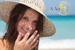 Sau khi căng da mặt, bạn nên tránh ánh nắng mặt trời trực tiếp trong vài ngày đầu.