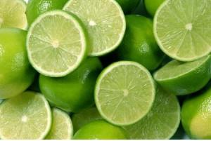 Chanh tươi là loại trái cây giàu vitamin C và khoáng chất có lợi cho da.