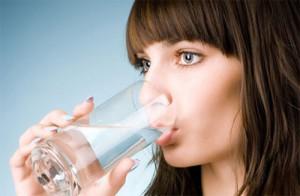 Cung cấp đủ 2 lít nước mỗi ngày sẽ giúp da mặt bạn mịn màng hơn.