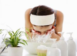 Sử dụng rượu gạo để thoa đều lên mặt 2-3 lần/ tuần