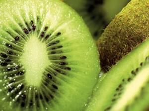 Kiwi là mặt nạ căng ra mặt hiệu quả nhờ chứa nhiều lutein (chất chống oxy hóa)