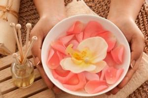 Dùng nước hoa hồng giúp làm sạch sâu tế bào da