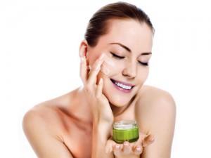 Thoa kem dưỡng ẩm là điều cần thiết với mọi loại da