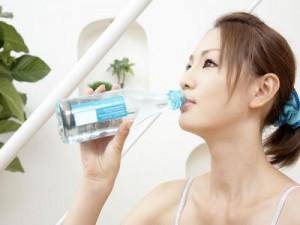 Uống đủ nước mỗi ngày để cung cấp độ ẩm cho da