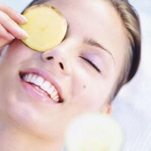 Đắp mặt nạ khoai tây cũng là cách chống lão hóa da vùng mắt rất hiệu quả