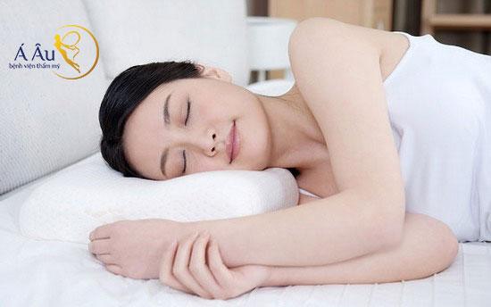 Ngủ không đúng cách khiến cho vùng da mặt bị nhăn nheo, lão hóa