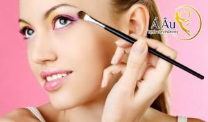 Nên thoa 1 lớp kem lót và kem chuyên dùng cho vùng mắt trước khi trang điểm