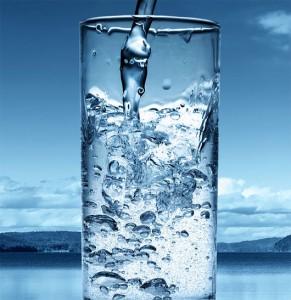 Uống đủ nước mỗi ngày giúp căng da mặt từ bên trong