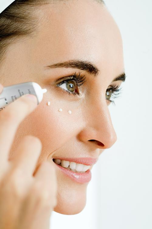 Xoa kem dưỡng mắt hại nhiều hơn lợi