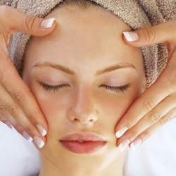 Mát xa da mặt vừa giúp xóa nếp nhăn vừa thư giãn làn da của bạn
