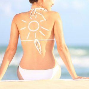 Đừng để làn da xuống sắc, nám sạm cộng thêm cho bạn cả chục tuổi. Vì vậy hãy thoa kem chống nắng đúng cách và thường xuyên.