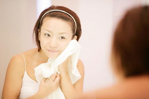 Nếu không được vệ sinh sạch, khăn và chậu rửa mặt có thể là nơi chứa vi khuẩn làm hại da